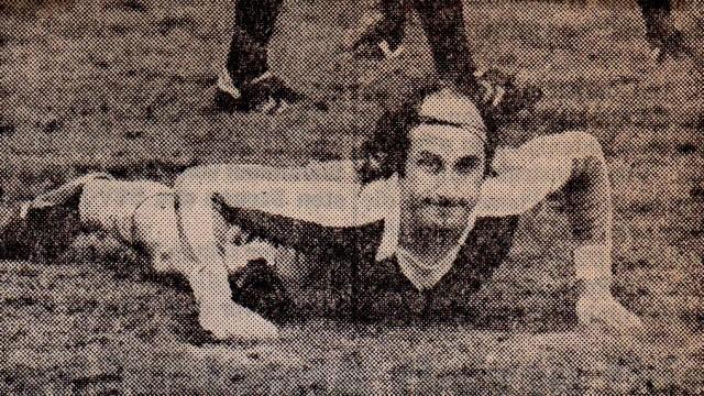 Die Bauchlandung, die hier im Bild 09-Kapitän Nienaber macht, fand auch gegen Altena nicht statt. Im Heimspiel gegen den VfB erspielten sich die Hüstener einen 4:1 (3:1)-Sieg und sicherten damit wohl die Klasse.