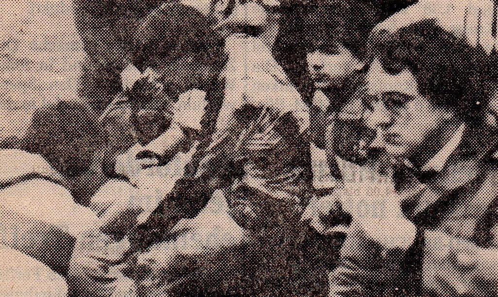 """An einer Wadenprellung laborierte Hüsten's Torjäger Dirk Schröter, der hier von Masseur Michael Kirchstein verarztet wird. Bis zum Spiel gegen Harsewinkel wollte der Wickeder jedoch wieder """"auf dem Damm"""" sein, immerhin erzielte er doch kurz vor Schluss das 3:1."""