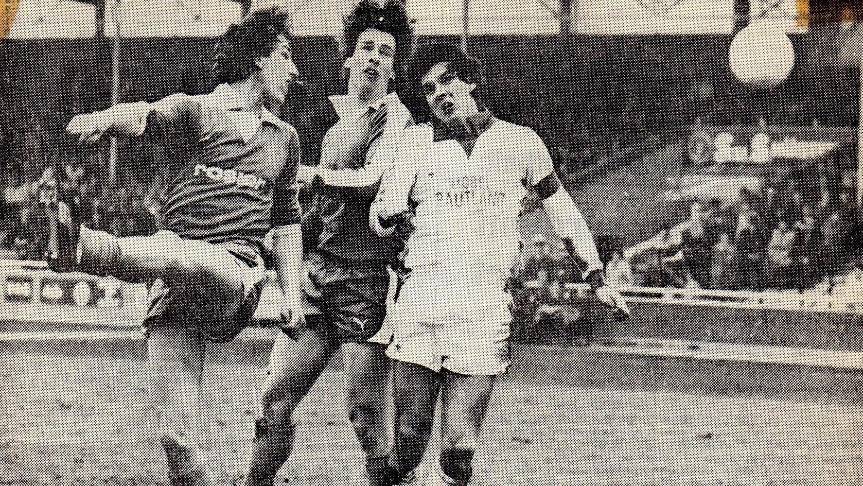 Johannes Bröker setzt zu einem wuchtigen Kopfball an. Das Leder strich jedoch über die Querlatte. Eine Szene aus dem Spiel SuS Hüsten 09 gegen VfB Rheine (3:0).